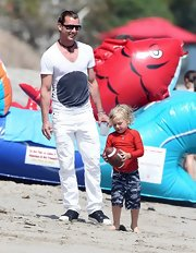 Gavin Rossdale hit the beach in style with this white V-neck that featured an oversized black circle print.