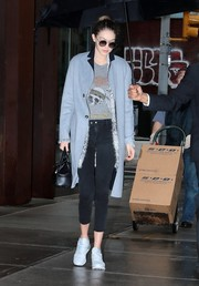 Gigi Hadid flaunted her enviably slim legs in a pair of skinny capri jeans by Jessica Alba x DL1961.