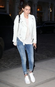 Gigi Hadid completed her edgy-casual attire with blue skinny jeans by Tommy Hilfiger.