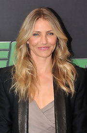 Cameron Diaz added a little bounce to her golden locks with large beach waves. A classic center part and subtle highlights completed this red carpet worthy look.