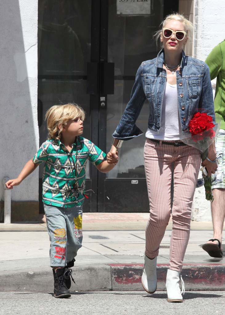 Singer Gwen Stefani and husband Gavin Rossdale take their sons Kingston and Zuma out for lunch at The Flying Pig in Downtown LA on Mother's Day in Los Angeles, California on May 13th, 2012.