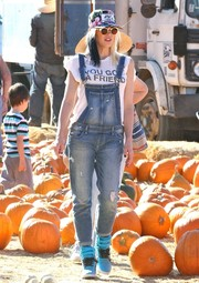 Gwen Stefani rocked washed-out, ripped denim overalls while visiting Underwood Family Farms.