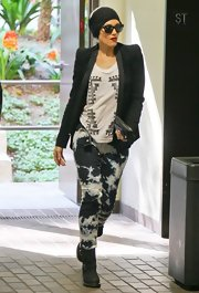 Gwen Stefani stayed true to her rocker style with these tie-dye skinny jeans.