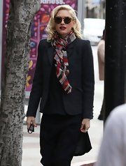 Gwen Stefani is no doubt one stylish gal as she showed with this patterned scarf.