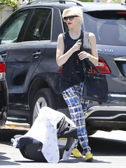 Gwen Stefani topped off her ensemble with a simple black shoulder bag by L.A.M.B.