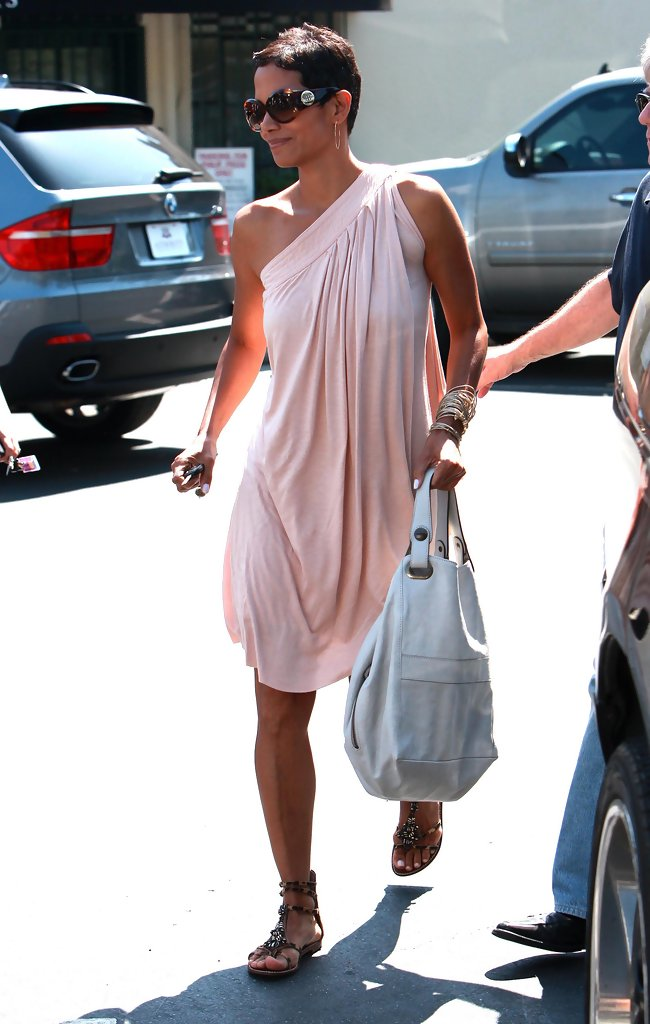 Leather tote halle berry another day of trying to escape the paparazzi all  the whie lookin 57c6ffca16e8b