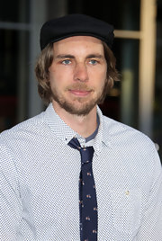 Dax Shepard jazzed up his look at the premiere of 'The Hangover Part II' with a newsboy cap.
