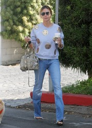 Heidi Klum continued the relaxed vibe with a pair of straight-cut jeans.