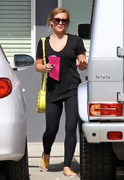 To keep her workout look casual and comfortable, Hilary stuck to thin black leggings.
