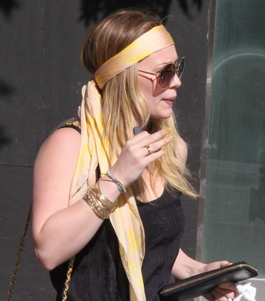 More Pics of Hilary Duff Chain Strap Bag (6 of 26) - Hilary Duff Lookbook - StyleBistro