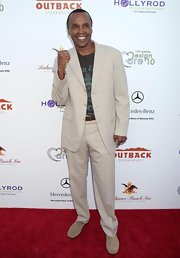 Sugar Ray Leonard paired his graphic t-shirt with a cream suit complete with a brown leather belt.