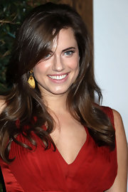 Allison Williams highlighted her natural makeup with brunette curls.