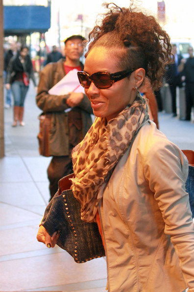 More Pics of Jada Pinkett Smith Patterned Scarf (1 of 5) - Patterned Scarf Lookbook - StyleBistro