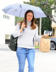 Jennifer Garner's black bucket bag looked perfectly stylish and practical at once!