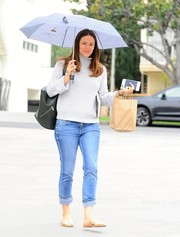 Jennifer Garner sealed off her casual outfit with classic jeans.