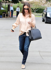 Jennifer gave her button-down a disheveled-yet-chic touch with a haphazardly-tucked hem and rolled cuffs.