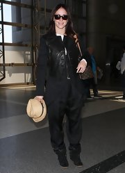 Jennifer Love Hewitt topped off her travel look with this edgy black leather vest.