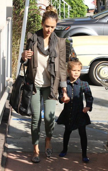 More Pics of Jessica Alba Oversized Tote  (5 of 40) - Jessica Alba Lookbook - StyleBistro