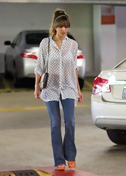 Jessica stuck to cool flare jeans to give her a casual and cool daytime look.