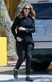 Julia Roberts opted for pleated harem pants to keep her casual look on the dressy side.