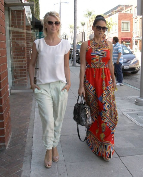 http://www1.pictures.stylebistro.com/fp/Julianne+Hough+Olivia+Munn+Get+Their+Nails+bqMOmnyYbxIl.jpg