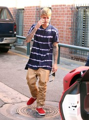 Justin Bieber completed his ensemble with a pair of red slip-ons.