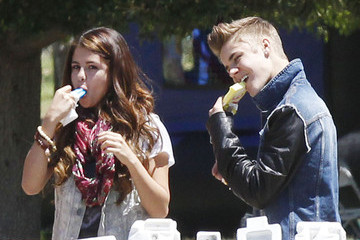 Selena Gomez Justin Bieber Justin & Selena Enjoying Enjoying Ice Cream In The Park