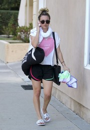 Kaley Cuoco teamed her tee with a pair of Nike shorts.