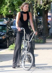 Karlie Kloss flaunted her supermodel figure in a skintight cutout tank top while doing a photo shoot in New York City.