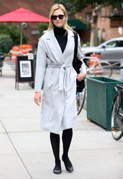 "Karlie Kloss stayed warm with a light-gray coat that the model paired with black ""Soelae"" Sunday Somewhere sunnies while strolling in New York City."