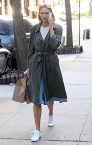Karlie Kloss went shopping in New York City wearing an army-green trenchcoat by Reformation.