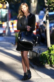 A patent leather oversized tote matched Karlie's ultra chic outfit.