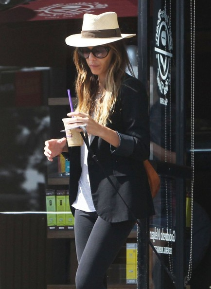 Kate Beckinsale Makes a Coffee Stop