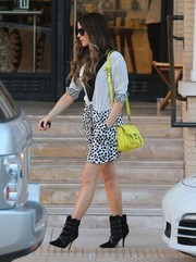 A bright yellow satchel added a dose of color to Kate Beckinsale's neutral shopping outfit.