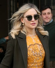 Kate Hudson accessorized with an elegant pair of pearl drop earrings.