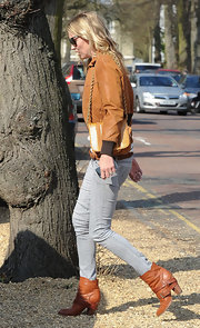 Kate Moss stepped out in London wearing a warm brown leather pair of ankle boots featuring low straps.