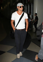 The actor looked casual-chic in a gray cap with classic aviator shades and a stylish messenger bag.