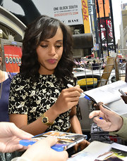 Kerry Washington looked breathtaking in her soft curly hairstyle.