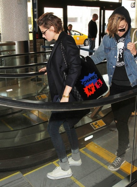 Kristen Stewart showed off a chic printed shoulder bag by Chanel while catching a flight.
