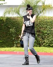 Kylie's gray sweatpants were anything but basic thanks to their cool leather zipper pockets.