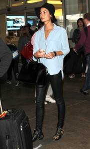 Lily Aldridge finished off her traveling get-up with a black leather bowler bag.