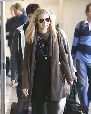 Lisa Kudrow's comfy brown cardigan looked perfect for traveling.