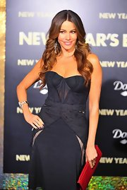 Sofia Vergara accented her black lace Zac Posen with a sleek red clutch at the premiere of 'New Year's Eve.'