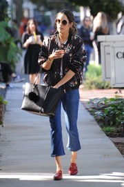 Louise Roe topped off her ensemble with a simple black leather tote.