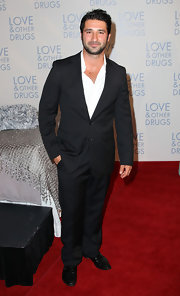 George showed off a relaxed suit while attending the 'Love & Other Drugs' premiere.