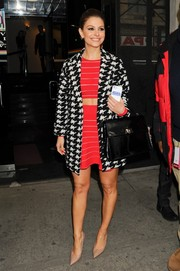 Maria Menounos' black single-strap tote and houndstooth coat were a timeless pairing.