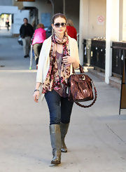 Michelle certainly knows how to accessorize her outfit. Her coach tote works well with her beryy colored scarf and grey boots.