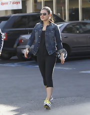 Mila opted for yellow-detailed running shoes.