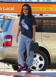 Mila Kunis teamed her shirt with a pair of baggy gray sweatpants.