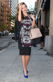 Miranda Kerr played up her slim physique in a tribal-print sheath during a meeting with Cosmopolitan Magazine.